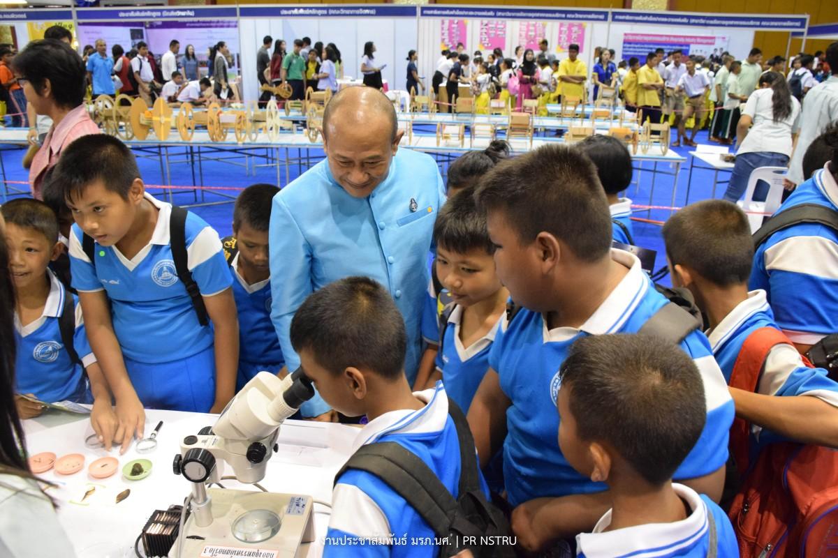 ราชภัฏนครฯ เปิดนิทรรศการสัปดาห์วิทยาศาสตร์แห่งชาติ 2561-3
