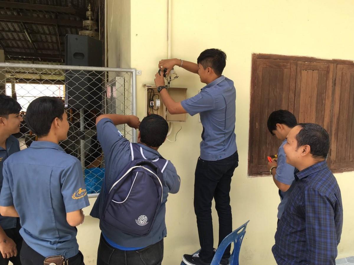 นักศึกษาสาขาวิศวกรรมไฟฟ้า จิตอาสาซ่อมแซมระบบไฟฟ้าวัดวิทยาลัยครูรังสรรค์-5