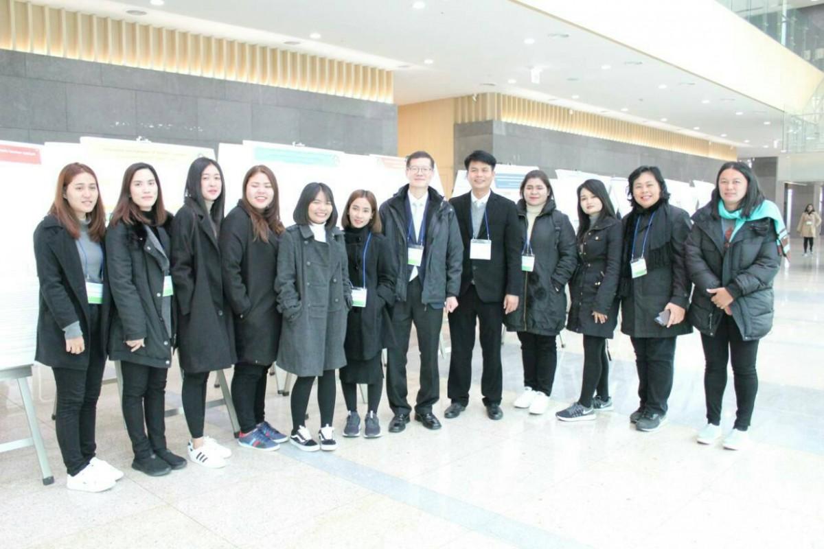 น.ศ. และคณาจารย์สาขาวิชาเคมี ที่ได้รับรางวัล Excellent Poster Award จากการนำเสนอผลงานวิจัยในการประชุมระดับนานาชาติ The 12th International Conference on Multi-Functional Materials and Applications ณ Inha University ประเทศเกาหลี-6