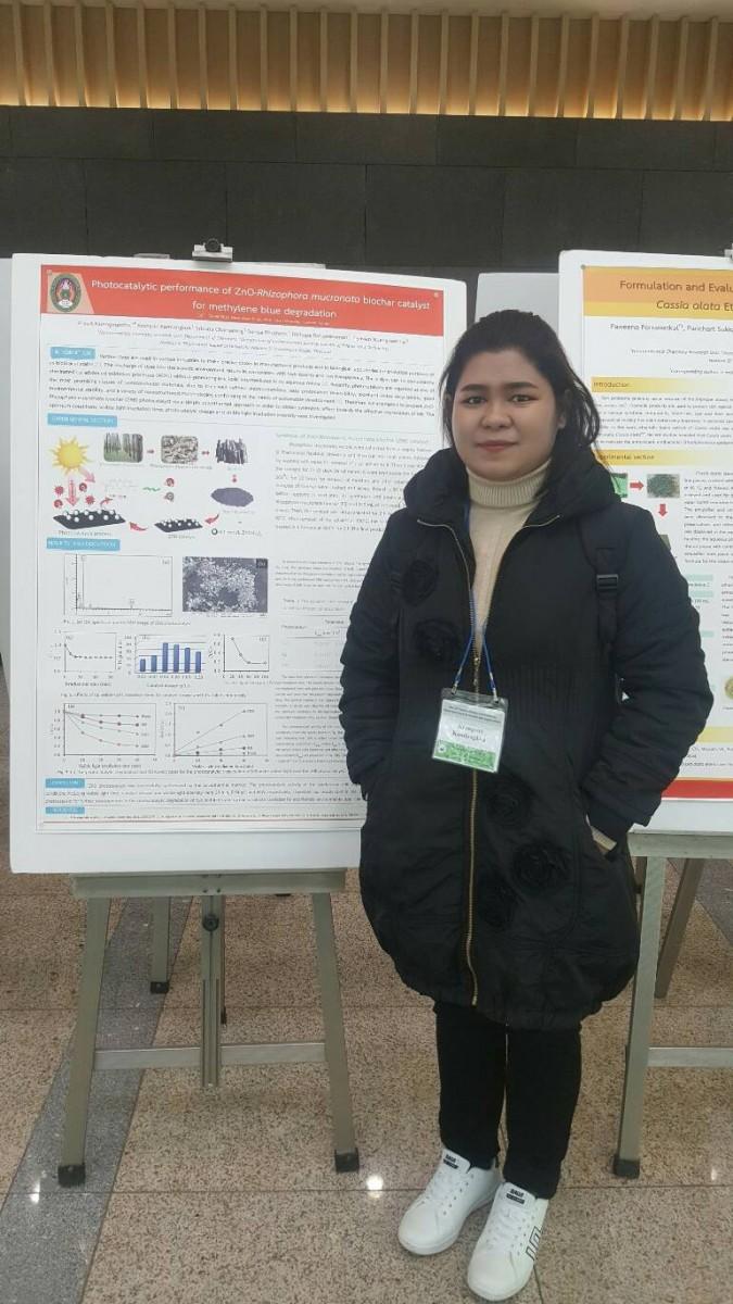 น.ศ. และคณาจารย์สาขาวิชาเคมี ที่ได้รับรางวัล Excellent Poster Award จากการนำเสนอผลงานวิจัยในการประชุมระดับนานาชาติ The 12th International Conference on Multi-Functional Materials and Applications ณ Inha University ประเทศเกาหลี-8