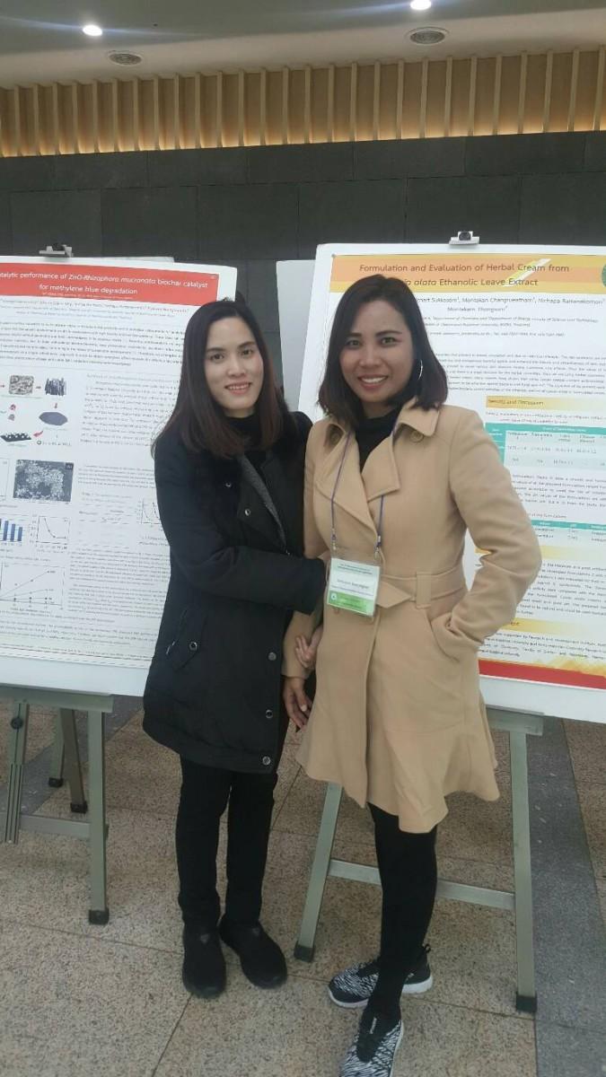 น.ศ. และคณาจารย์สาขาวิชาเคมี ที่ได้รับรางวัล Excellent Poster Award จากการนำเสนอผลงานวิจัยในการประชุมระดับนานาชาติ The 12th International Conference on Multi-Functional Materials and Applications ณ Inha University ประเทศเกาหลี-9