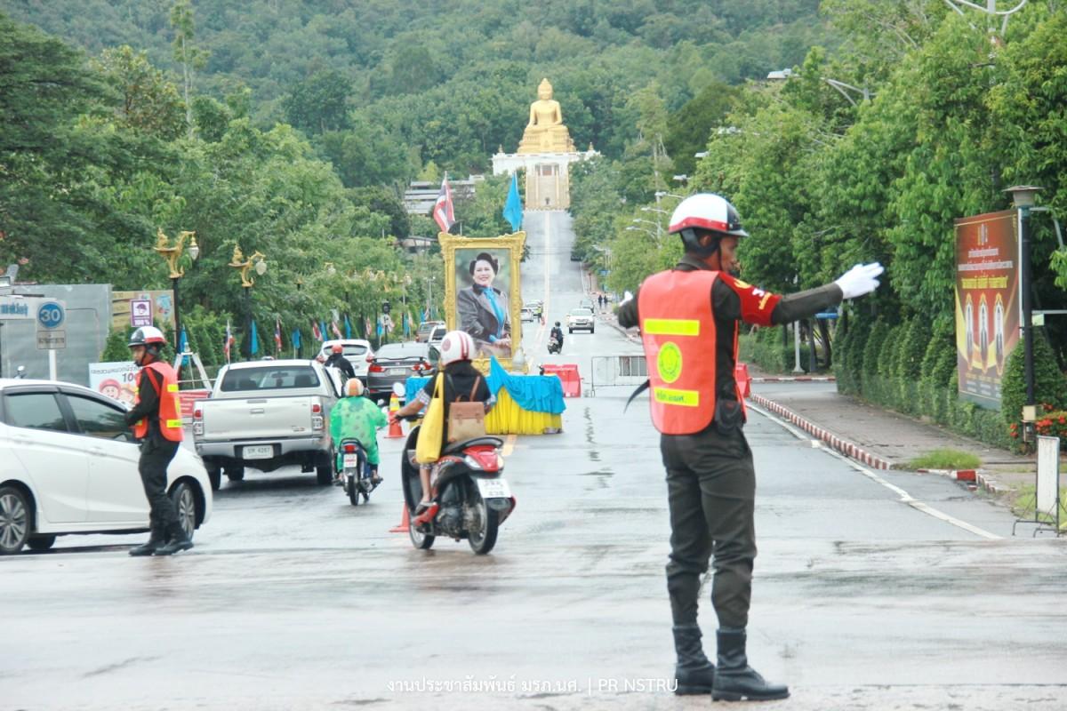 นศท. ม.ราชภัฏนครฯ จิตอาสาโบกรถกลางแยกไฟแดง ห่วงความปลอดภัยของผู้สัญจร-4