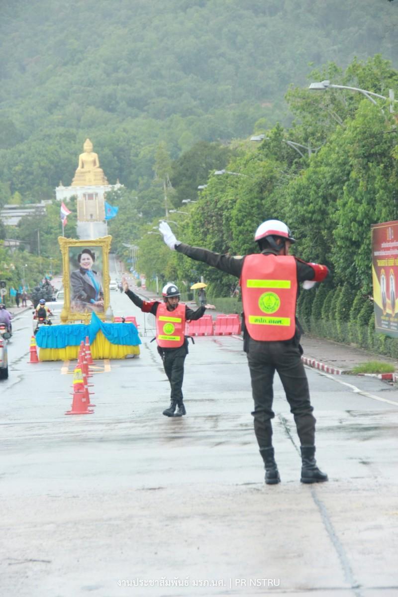 นศท. ม.ราชภัฏนครฯ จิตอาสาโบกรถกลางแยกไฟแดง ห่วงความปลอดภัยของผู้สัญจร-3