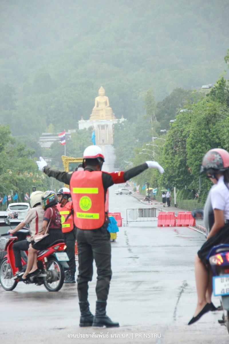 นศท. ม.ราชภัฏนครฯ จิตอาสาโบกรถกลางแยกไฟแดง ห่วงความปลอดภัยของผู้สัญจร-8