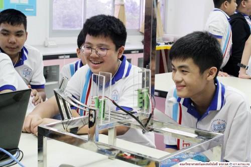 สาขาวิชาฟิสิกส์ ฝึกทักษะการใช้ห้องปฏิบัติการทางฟิสิกส์แก่นักเรียนโรงเรียนแสงทองวิทยา