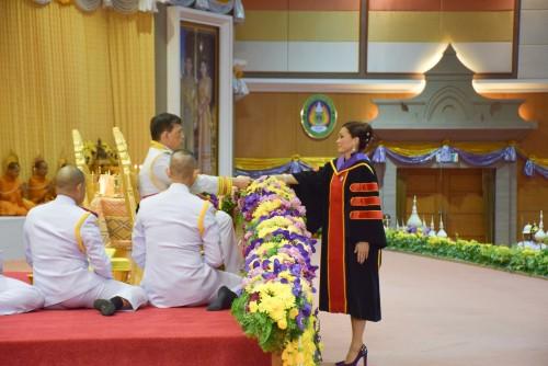 พระบาทสมเด็จพระเจ้าอยู่หัว และสมเด็จพระนางเจ้า ฯ พระบรมราชินี เสด็จพระราชดำเนินไปพระราชทานปริญญาบัตรแก่ผู้สำเร็จการศึกษาจากมหาวิทยาลัยราชภัฏนครศรีธรรมราช ประจำปีการศึกษา 2559 - 2560